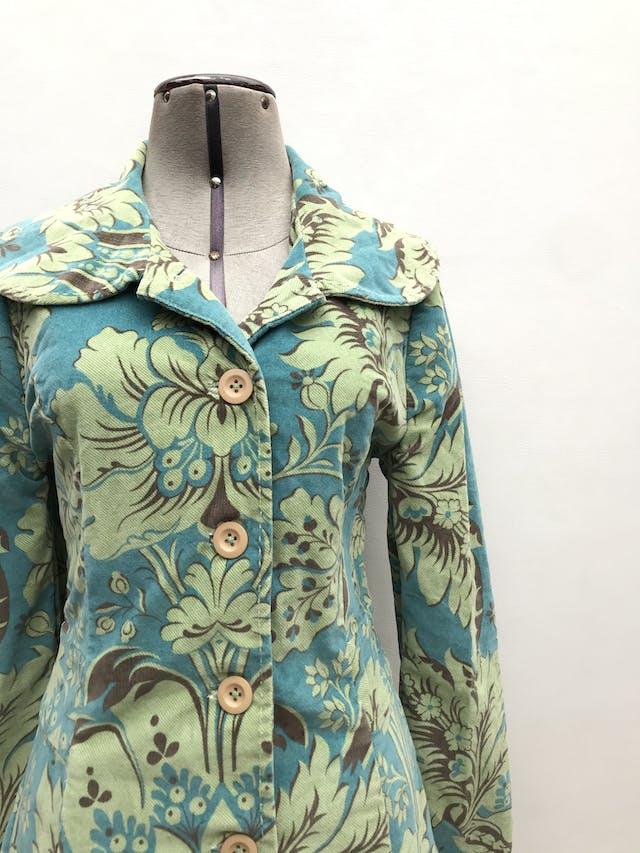 Abrigo de corduroy en tonos verdes, 98% algodón forrado, botones beige, corte princesa con bolsillos laterales. Largo 86cm. ¡Abriga y es super rica! Precio original S/ 420 foto 3