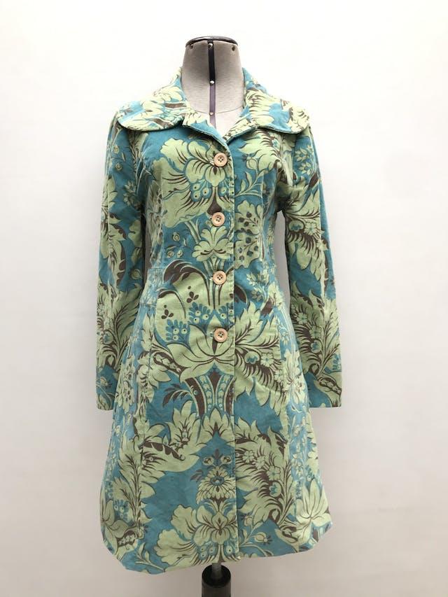 Abrigo de corduroy en tonos verdes, 98% algodón forrado, botones beige, corte princesa con bolsillos laterales. Largo 86cm. ¡Abriga y es super rica! Precio original S/ 420 foto 1