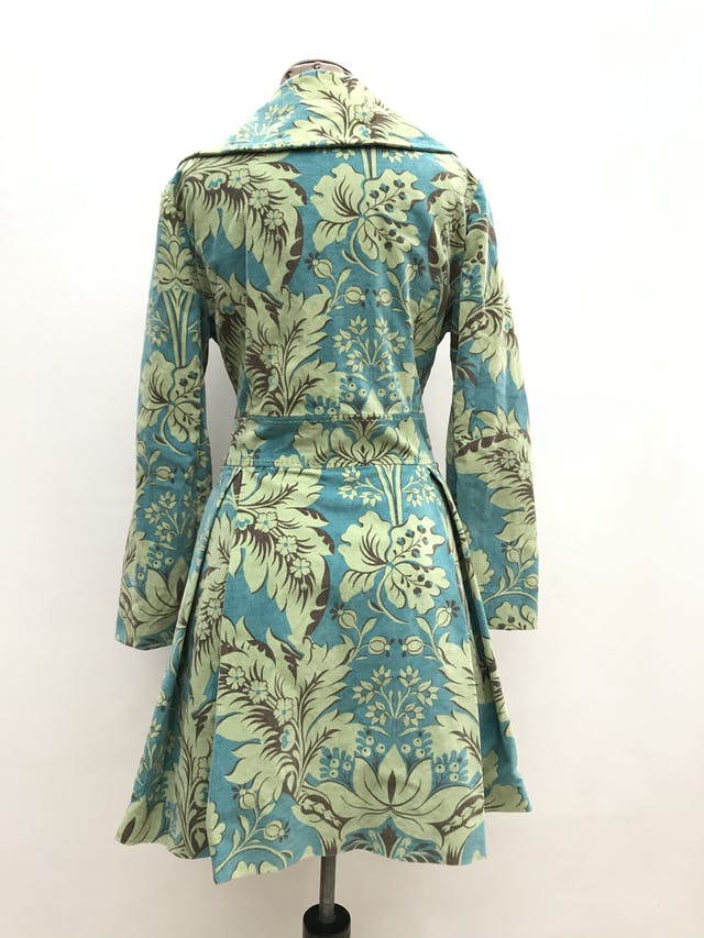 Abrigo de corduroy en tonos verdes, 98% algodón forrado, botones beige, corte princesa con bolsillos laterales. Largo 86cm. ¡Abriga y es super rica! Precio original S/ 420 foto 2