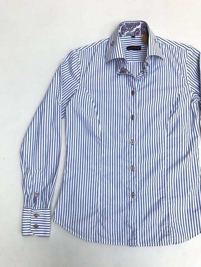 Blusa Jared Lang 100% algodón blanca con rayas celestes, botones plateados y detalle de tela paisley en puños y cuello. La que todas necesitamos en el closet con detalles especiales. Precio original S/ 200 foto 3
