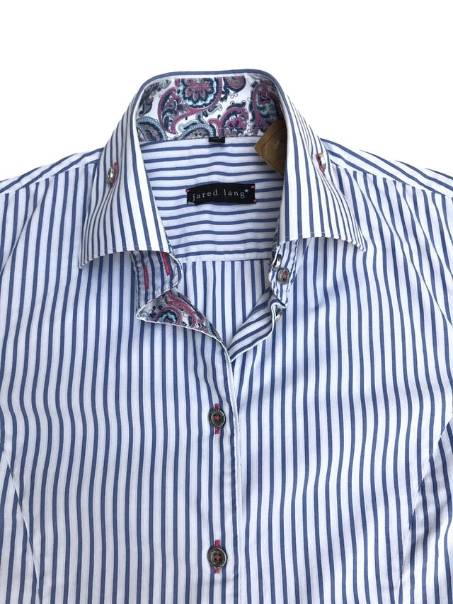 Blusa Jared Lang 100% algodón blanca con rayas celestes, botones plateados y detalle de tela paisley en puños y cuello. La que todas necesitamos en el closet con detalles especiales. Precio original S/ 200 foto 2