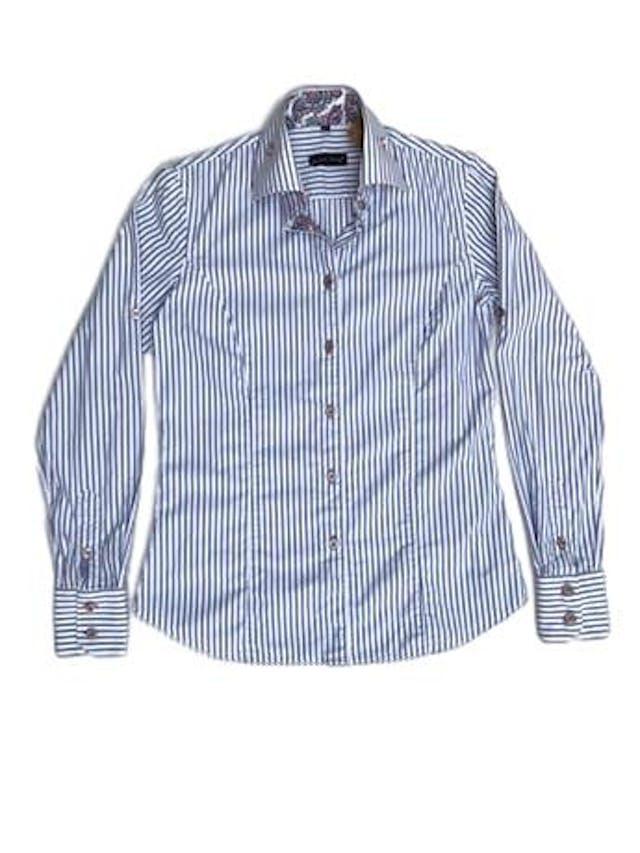 Blusa Jared Lang 100% algodón blanca con rayas celestes, botones plateados y detalle de tela paisley en puños y cuello. La que todas necesitamos en el closet con detalles especiales. Precio original S/ 200 foto 1