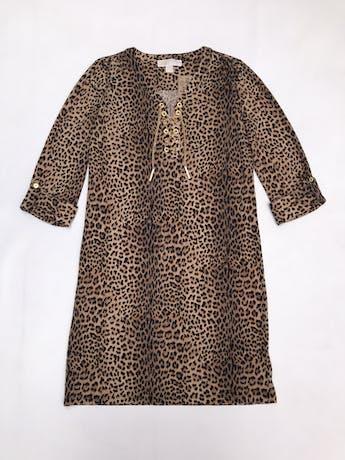 Vestido Michael Kors animal print, tela stretch, corte recto, con ojales y cadena dorada metálica en el pecho, mangas regulables con botón. Largo 90cm. Precio original S/ 450 foto 1