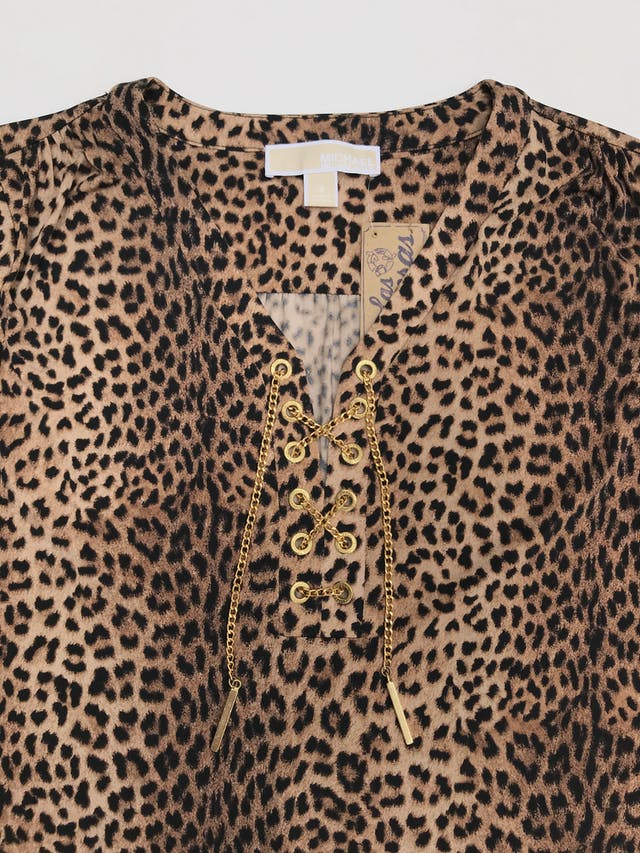 Vestido Michael Kors animal print, tela stretch, corte recto, con ojales y cadena dorada metálica en el pecho, mangas regulables con botón. Largo 90cm. Precio original S/ 450 foto 3
