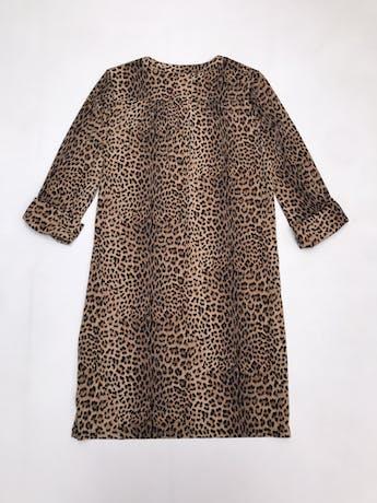 Vestido Michael Kors animal print, tela stretch, corte recto, con ojales y cadena dorada metálica en el pecho, mangas regulables con botón. Largo 90cm. Precio original S/ 450 foto 2