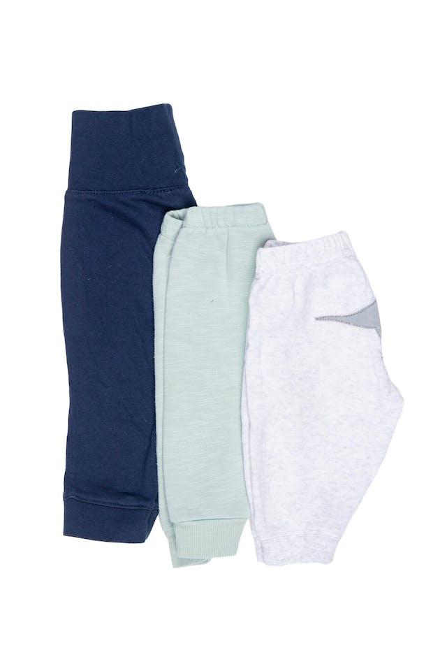 set de 3 pantalones, uno azul 100% algodon cintura ancha elastica marca H&M estado 9/10, otro YAMP gris 100% algodon con elastico en la cintura y dinosaurio en la parte trasera estado 9/10, y otro verde agua con elastico en la cintura 80% algodon marca H&M estado 8/10 - H & M foto 1
