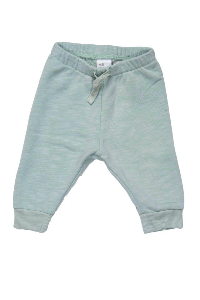 set de 3 pantalones, uno azul 100% algodon cintura ancha elastica marca H&M estado 9/10, otro YAMP gris 100% algodon con elastico en la cintura y dinosaurio en la parte trasera estado 9/10, y otro verde agua con elastico en la cintura 80% algodon marca H&M estado 8/10 - H & M foto 3