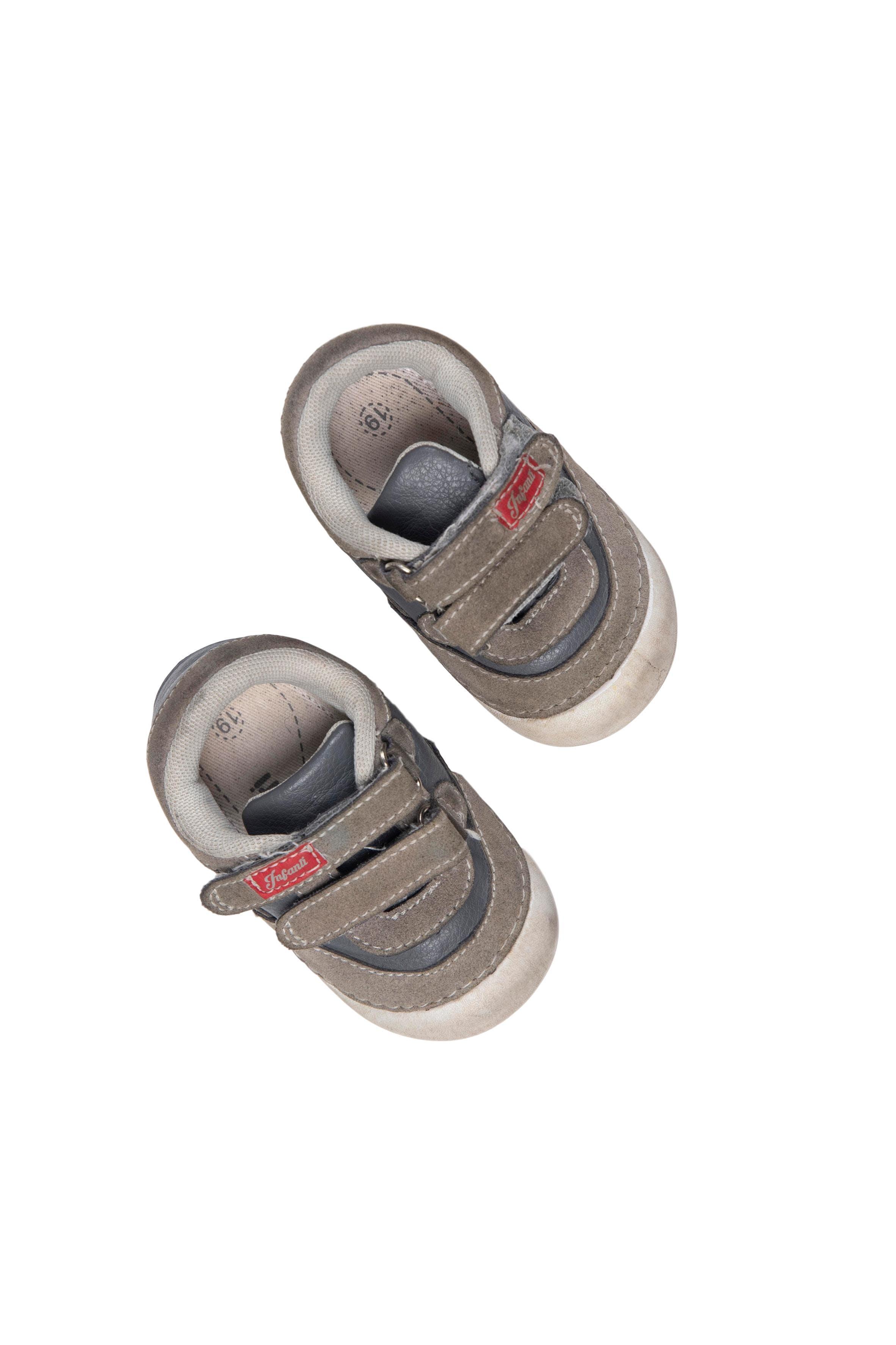 Zapatillas grises con velcro, simil cuero USA 3.5 - Infanti