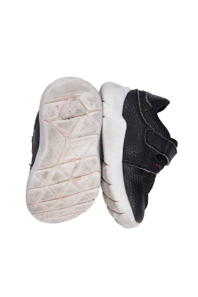 Zapatilla negras con velcro y elástico. USA 5 - Levity foto 2