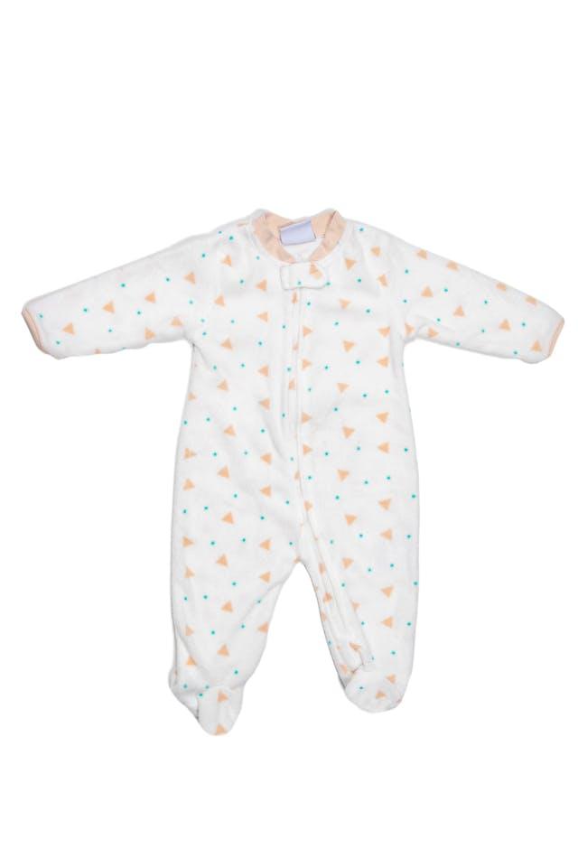 Pijama de polar fondo crema con estampado geometrico y rostro de zorro bordado en espalda. - Baby By Ben Bebe foto 1