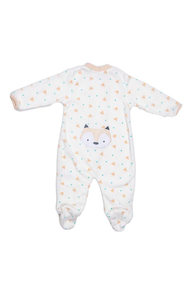 Pijama de polar fondo crema con estampado geometrico y rostro de zorro bordado en espalda. - Baby By Ben Bebe foto 2