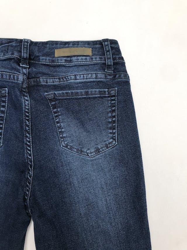 Pantalón jean stretch a la cintura con rasgado y aberturas en las rodillas foto 2