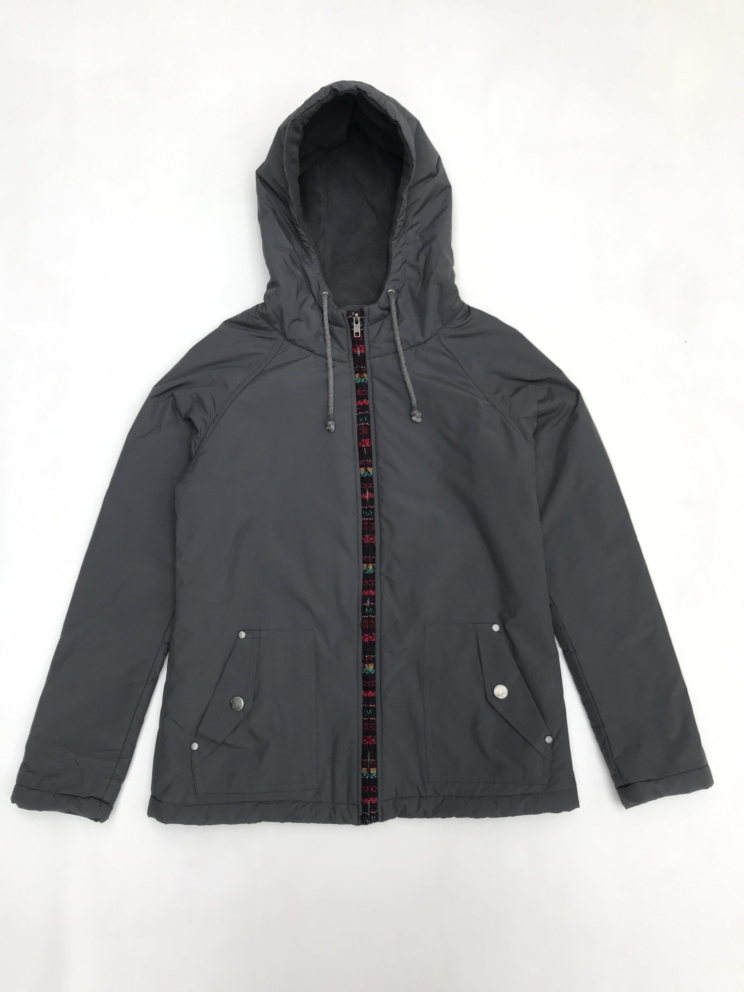 Casaca Doo Australia gris tipo nylon impermeable con forro polar, capucha y fila motivo andino en cierre