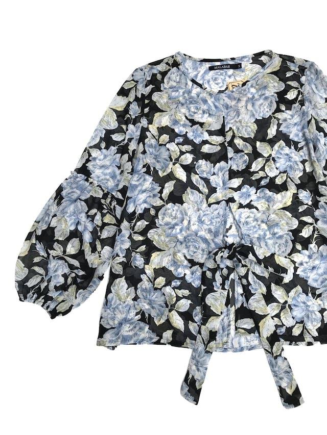 Blusa de gasa negra con estampado de flores, mangas bombachas con elástico en puños y lazo en delantero, es suelta. Precio original S/ 100 foto 2