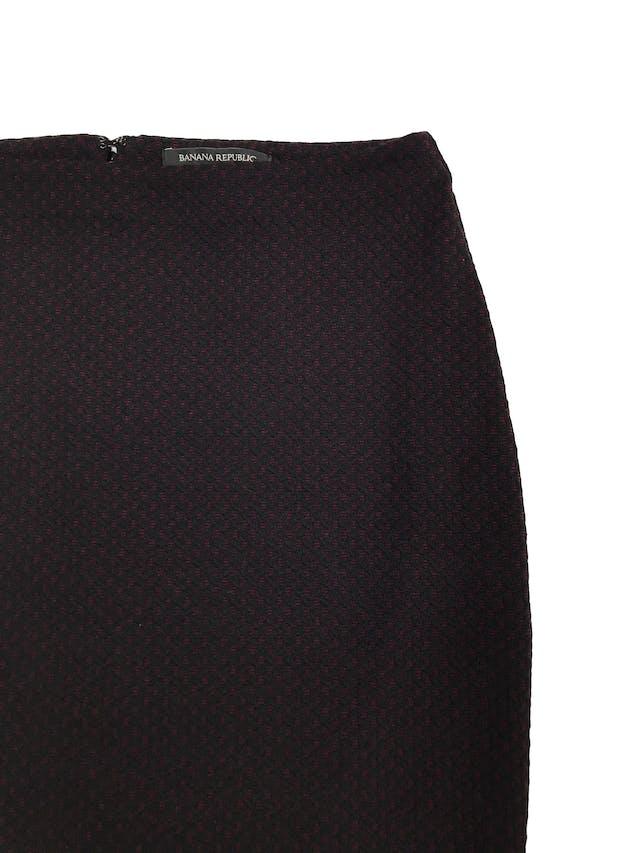Falda Banana Republic pata de gallo negro y guinda, textura tipo tejido con forro y cierre posterior. Cintura 72cm Largo 46cm. Nueva con etiqueta. Precio original S/ 250 foto 2