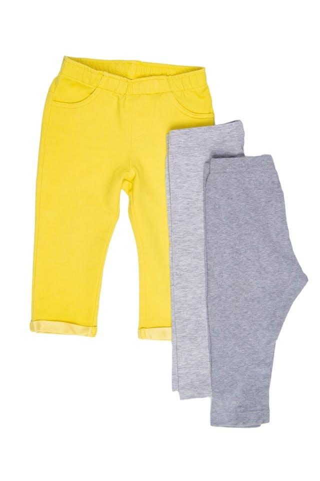 Set de 1 pantalon + 2 leggings. Pantalón amarillo marca Grain de Ble, grueso 68% algodón estado como nuevo y 2 Legging gris. Una marca marca Petit Bateu 100% algodón estado 9/10. Bu Kids, marca italiana, 98% algodoón y 2% elastano (tiene una sombra en la parte trasera) estado 8/10 - Grain De Ble foto 2
