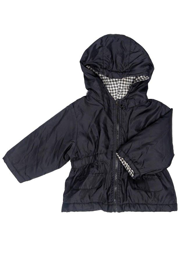Casaca negra con alastico en cintura. Acolchada, nylon por fuera, forro interior 100% algodón. Talla 74 europea pero es grande. Puede dar hasta 18 Meses - Benetton foto 1