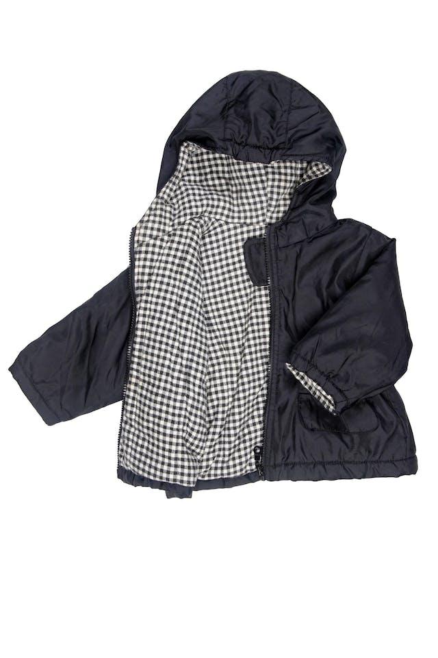 Casaca negra con alastico en cintura. Acolchada, nylon por fuera, forro interior 100% algodón. Talla 74 europea pero es grande. Puede dar hasta 18 Meses - Benetton foto 2
