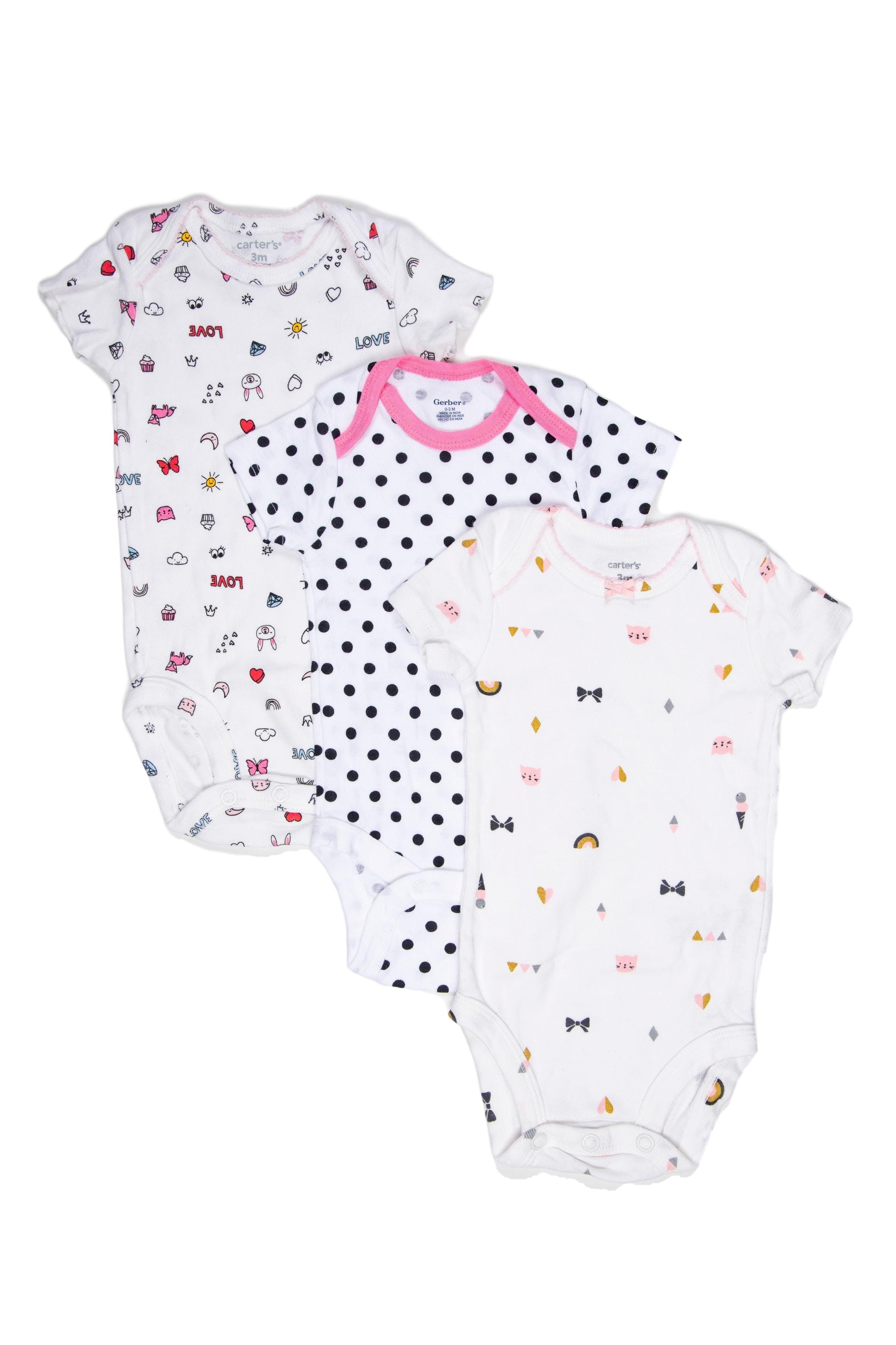 Set de 3 bodies. Uno a puntitos marca Gerber nuevo sin etiqueta y dos carter's, uno blanco con diseños y otro rosado. Todos 100% algodón - Carter's