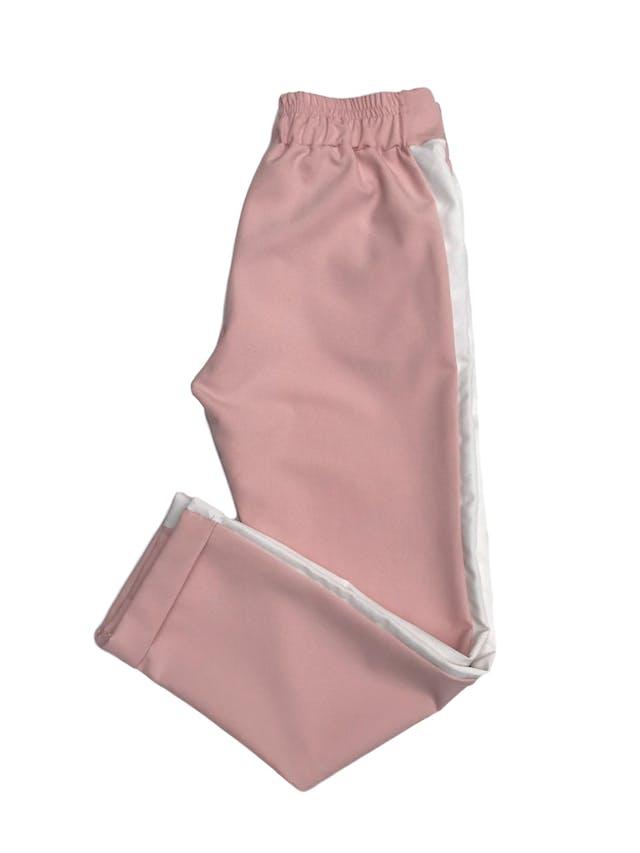 Pantalón estilo jogger palo rosa con franjas laterales, bolsillos laterales y elástico posterior foto 2