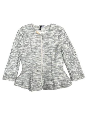Blazer H&M textura tipo tweed blanco y plomo, forrado, manga 3/4, con cierre delantero y pinzas  foto 1