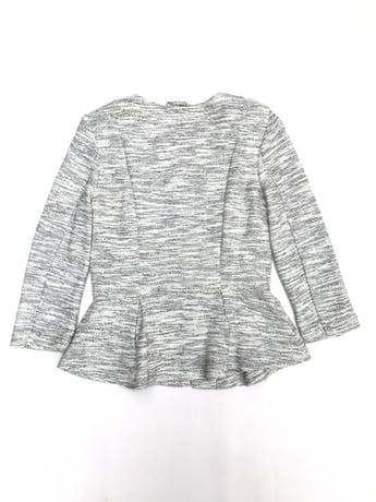 Blazer H&M textura tipo tweed blanco y plomo, forrado, manga 3/4, con cierre delantero y pinzas  foto 2