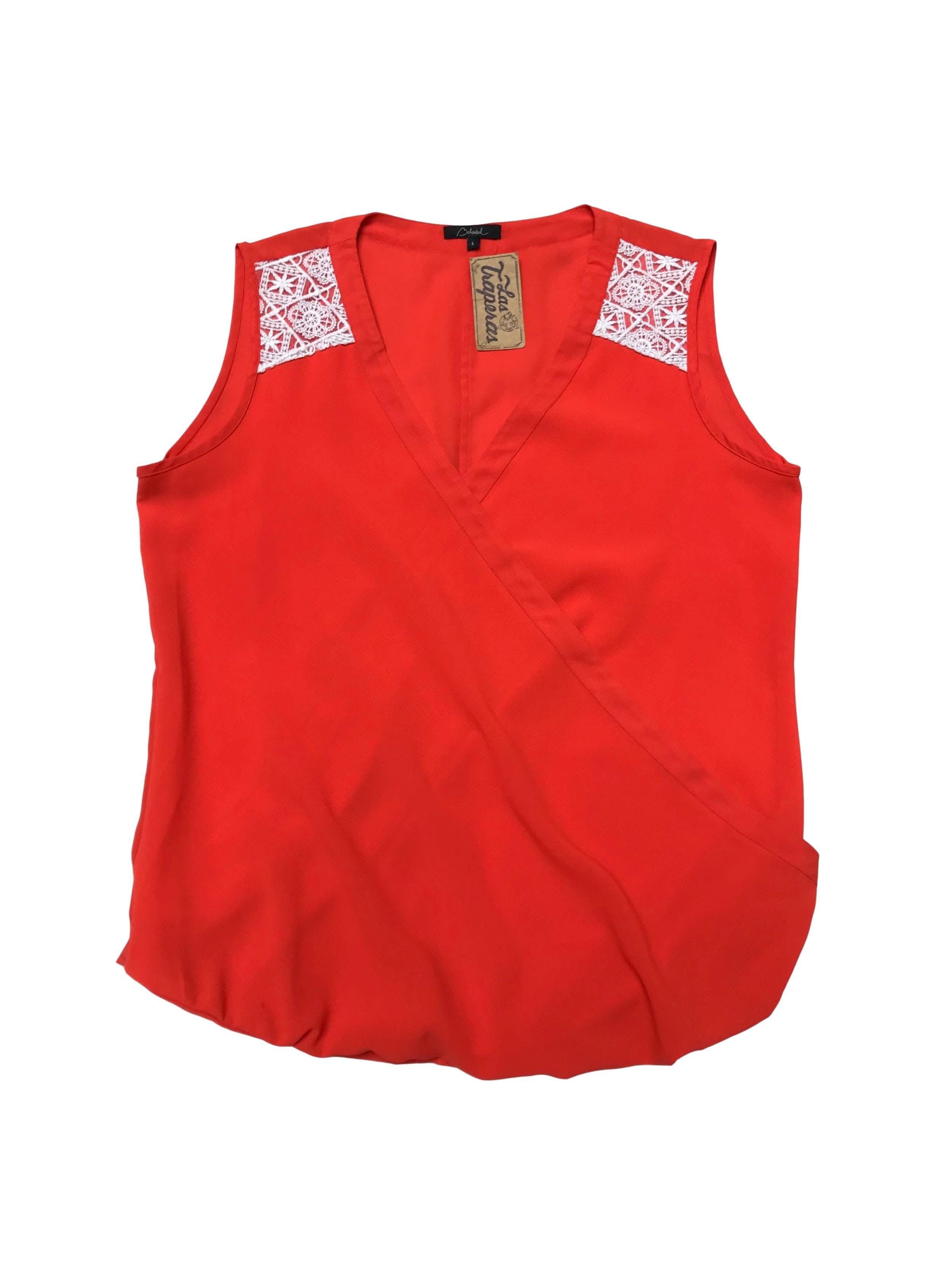 Blusa anaranjada con encaje blanco en hombros, escote cruzado