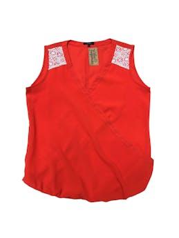 Blusa anaranjada con encaje blanco en hombros, escote cruzado  foto 1