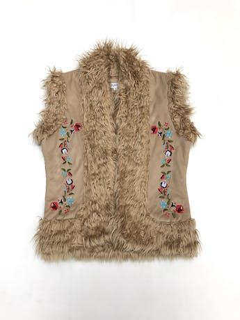 Chaleco camel bordado, con interior de peluche, cierre con corchetes foto 1