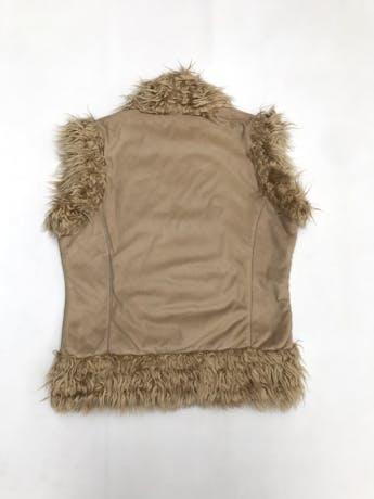 Chaleco camel bordado, con interior de peluche, cierre con corchetes foto 2