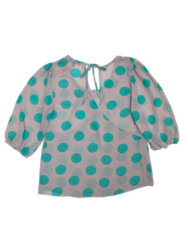 Blusa de gasa ploma con dots verdes, espalda cruzada, mangas bombachas con elástico en puños foto 2