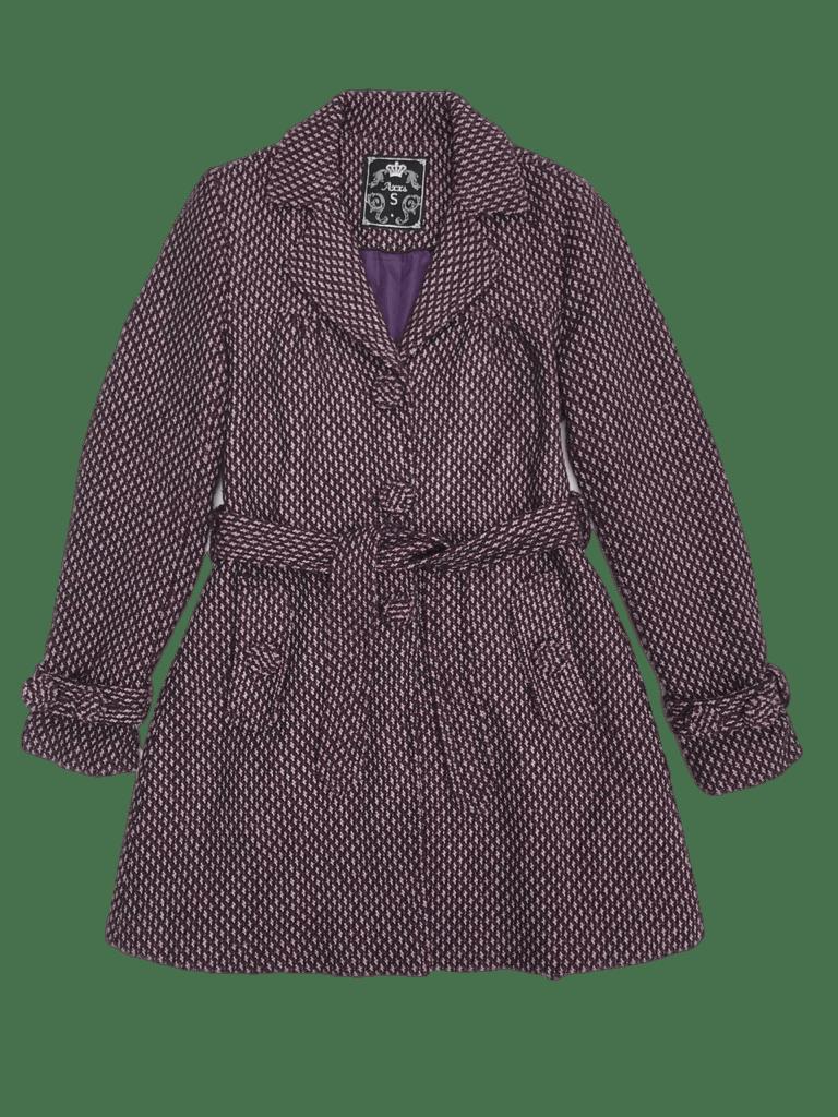 Abrigo morado y crema, forrado, con bolsillos y correa. Largo entre cadera y rodilla