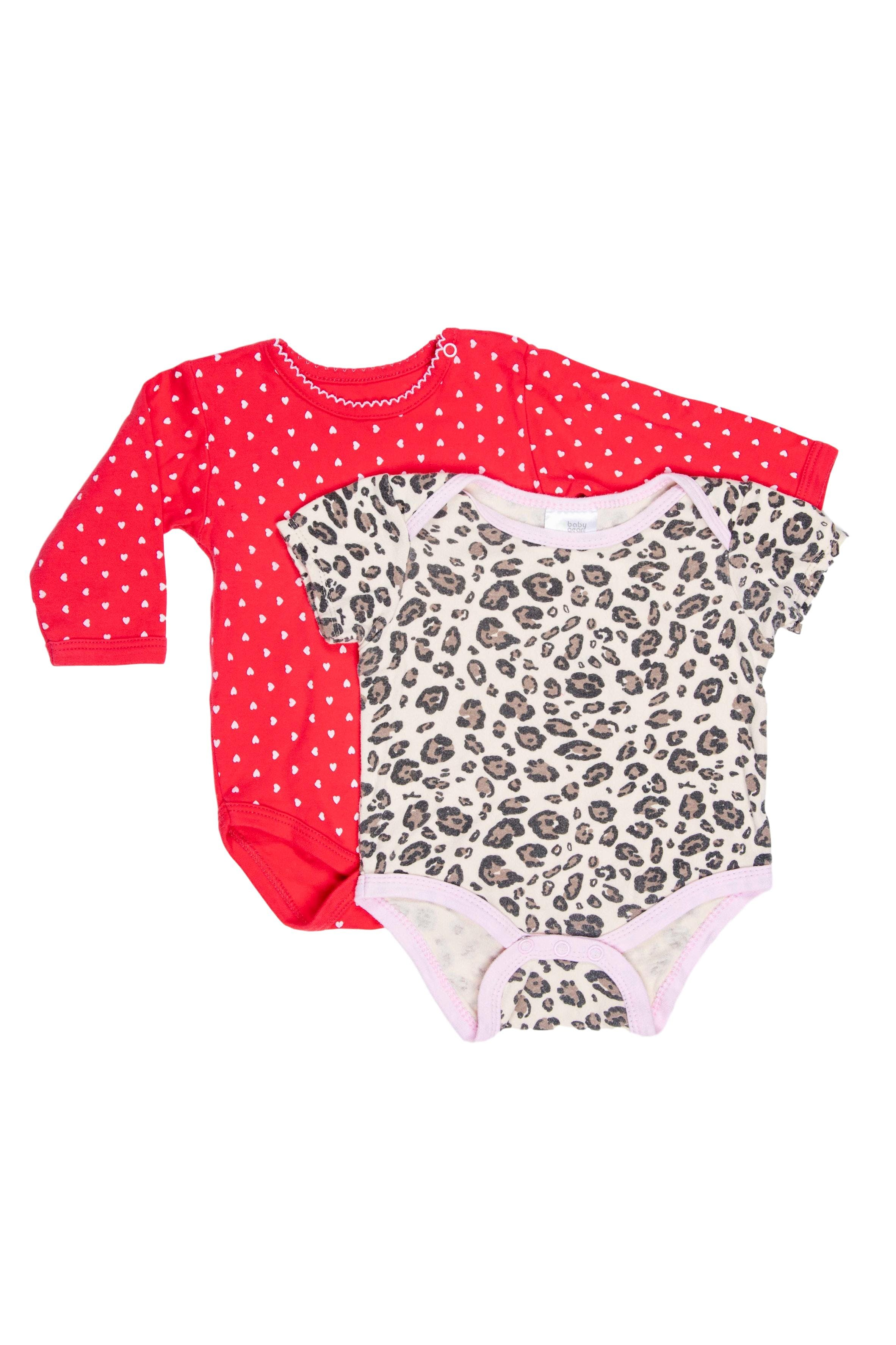 Pack 2 bodies. Uno Body rojo con corazones, marca All Basics y otro atigrado marca Baby Gear. Ambos 100% algodón. Etiqueta dice 3 - 6 M pero son chicos - All Basics