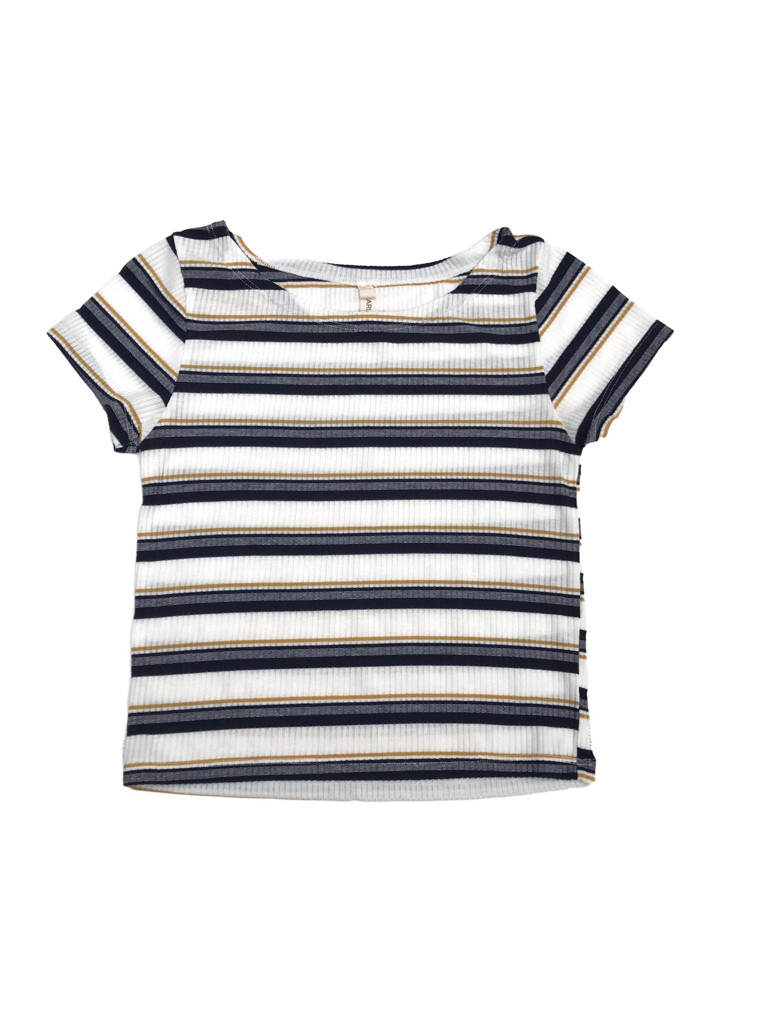 Polo corto con textura acanalada, blanco con franjas azules y amarillas