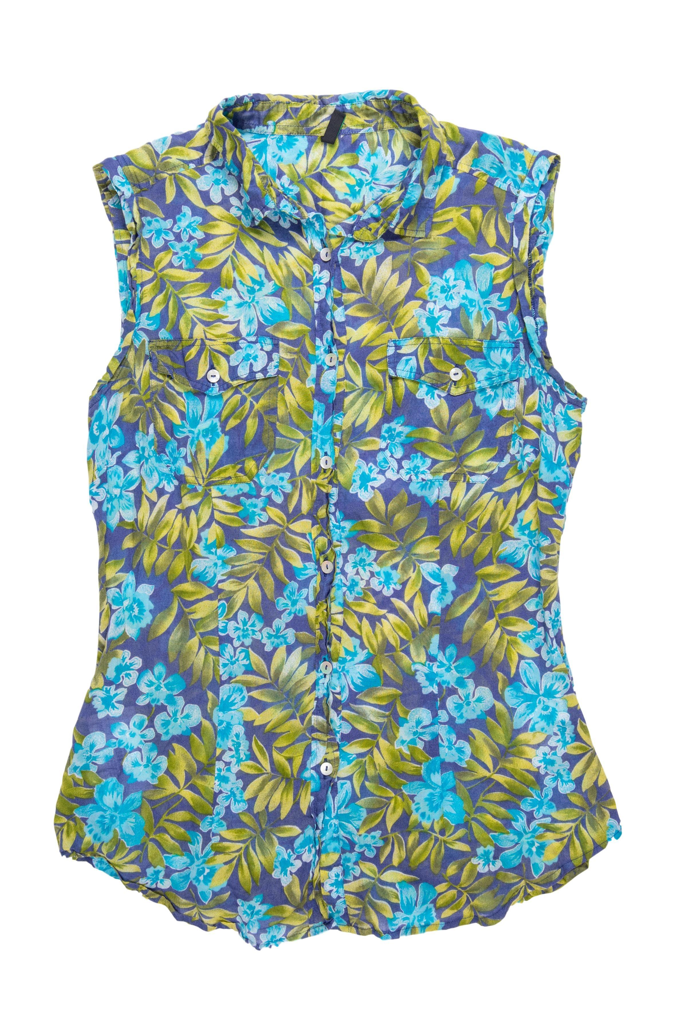 Blusa Benetton 100% algodón, azul con estampado de hojas y flores, pinzas, cuello camisero, botones nacarados y bolsillos en el pecho. Busto 90cm