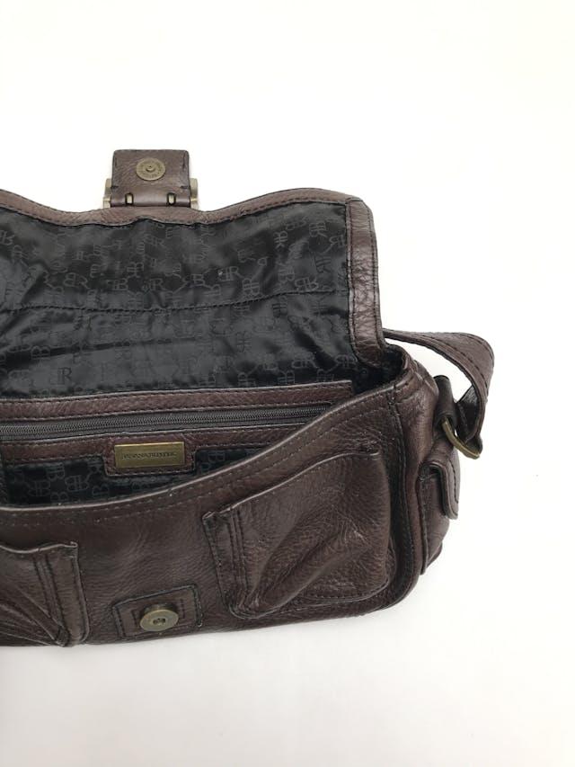 Cartera Banana Republic 100% cuero marrón, forrada con dos compartimentos internos y 4 bolsillos externos. Medidas 28x16x9cm Estado 9/10 Precio original S/ 290 foto 2