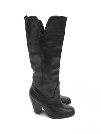 Botas Paula Carozzi de cuero negro, a la rodilla, taco ancho 7-9cm. Estado 8/10 Precio original S/ 350 foto 1