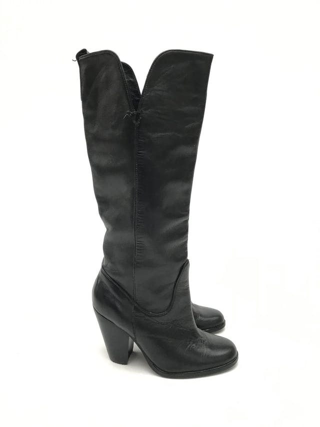 Botas Paula Carozzi de cuero negro, a la rodilla, taco ancho 7-9cm. Estado 8/10 Precio original S/ 300 foto 1