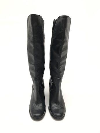 Botas Paula Carozzi de cuero negro, a la rodilla, taco ancho 7-9cm. Estado 8/10 Precio original S/ 350 foto 2