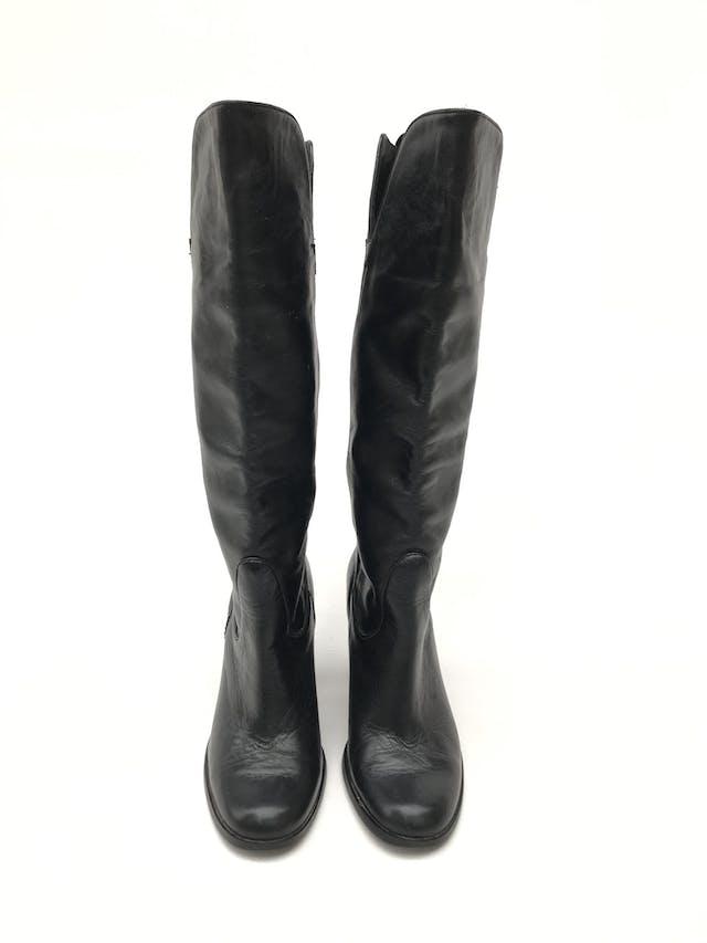 Botas Paula Carozzi de cuero negro, a la rodilla, taco ancho 7-9cm. Estado 8/10 Precio original S/ 300 foto 2