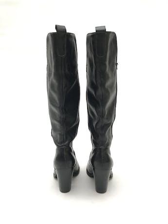 Botas Paula Carozzi de cuero negro, a la rodilla, taco ancho 7-9cm. Estado 8/10 Precio original S/ 350 foto 3