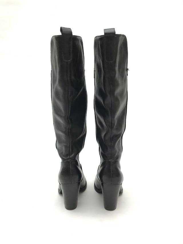 Botas Paula Carozzi de cuero negro, a la rodilla, taco ancho 7-9cm. Estado 8/10 Precio original S/ 300 foto 3