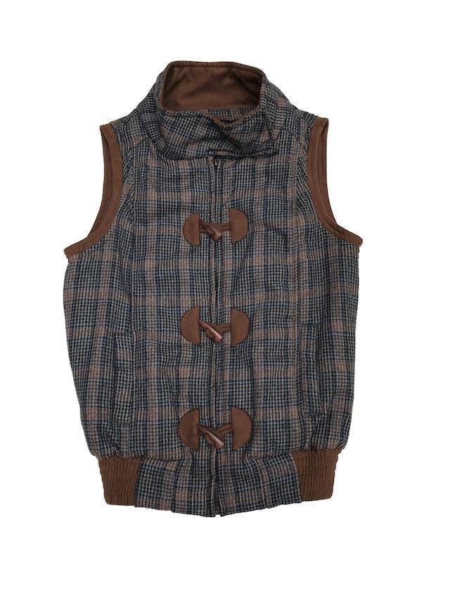 Chaleco a cuadros con ribetes marrones tipo gamuza, forrado, lleva bolsillos y pretina elástica en la basta foto 1