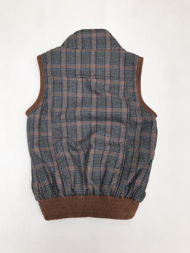 Chaleco a cuadros con ribetes marrones tipo gamuza, forrado, lleva bolsillos y pretina elástica en la basta foto 2