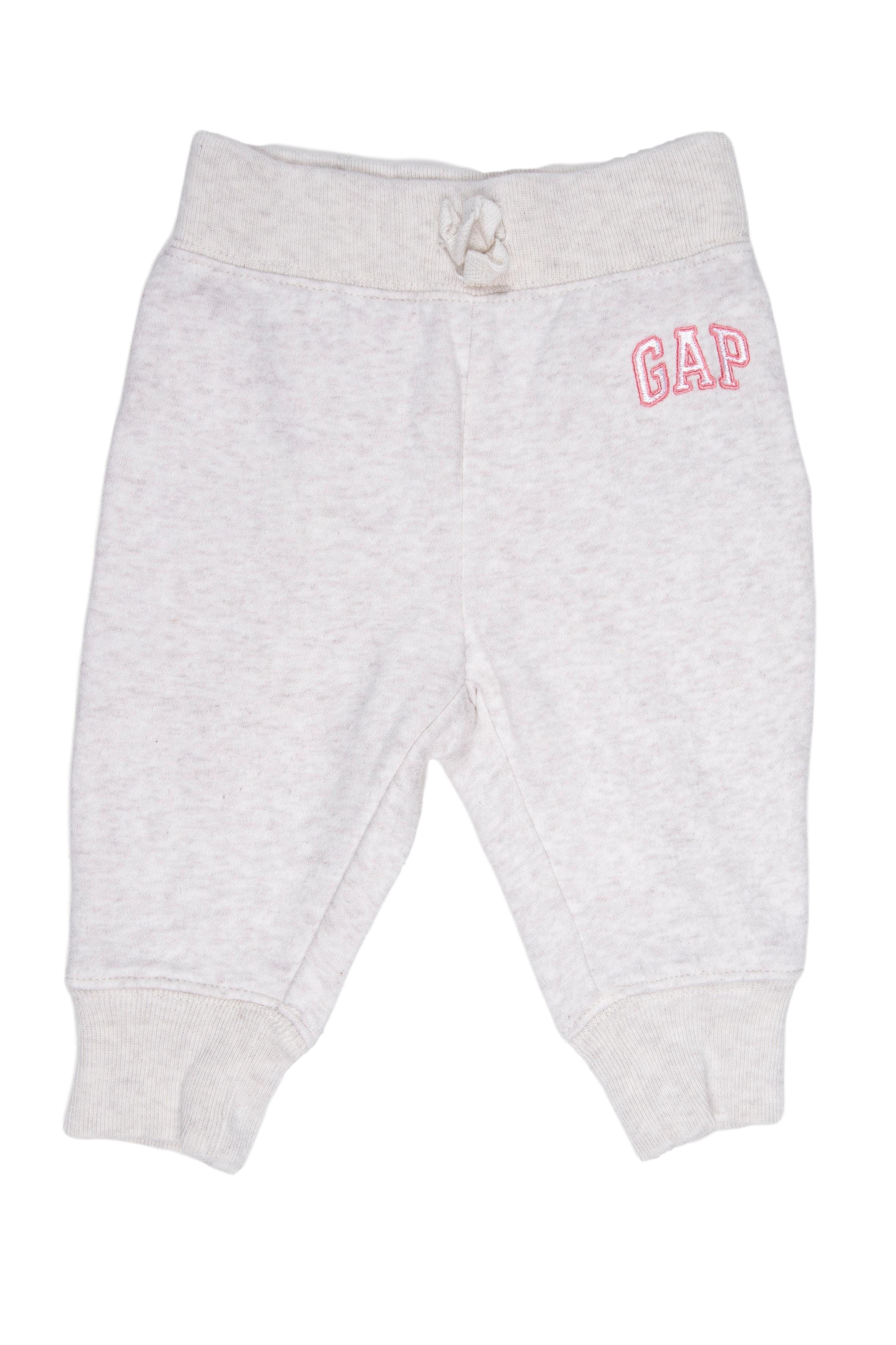 pantalón de buzo Gap Talla en etioqueta: 6 - 12 m pero lo vemos chico, hasta 10 - 11 meses depende del bebé. - Gap