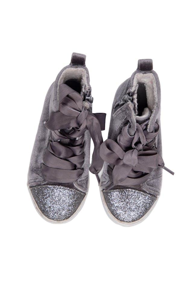 Zapatillas tipo botín color gris de terciopelo con punta escarchada. Con cierre al lado y pasadores. Talla US 9 - Cat & Jack foto 1