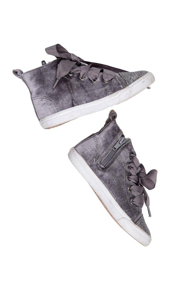 Zapatillas tipo botín color gris de terciopelo con punta escarchada. Con cierre al lado y pasadores. Talla US 9 - Cat & Jack foto 2