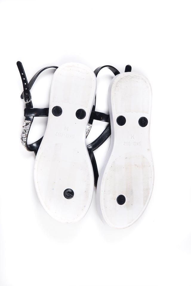 Sandalias negras de jebe con brillos. Usadas 2 veces, en perfecto estado.  Talla M en etiqueta 21 cm de planta - Bebe foto 2