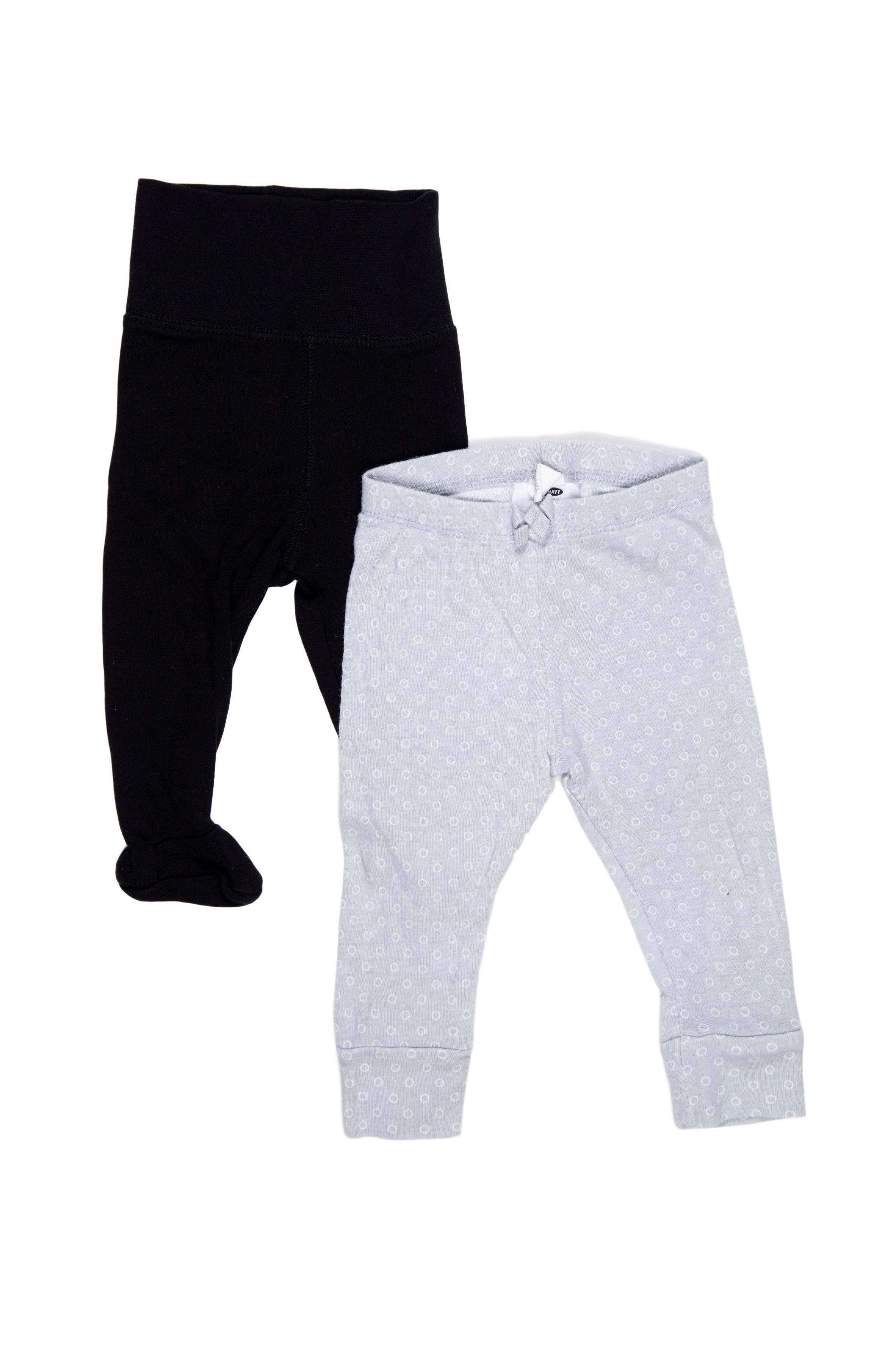 Pack de 2 pantalones, Uno gris Old Navy Talla 3 - 6M, otro negro con pie H&M talla 2 - 4M, ambos 100% algodón. Estiran, probablmente se puedan usar hasta los 6 meses ambos. - Old Navy