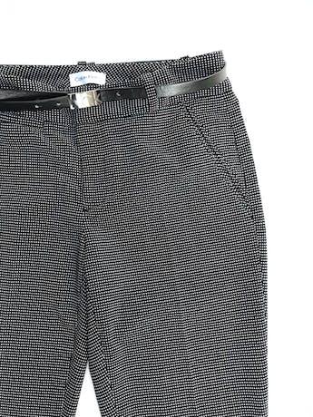 Pantalón Calvin Klein negro con puntos blancos, corte slim, bolsillos laterales y viene con correa de regalo. Precio original S/ 280 foto 2